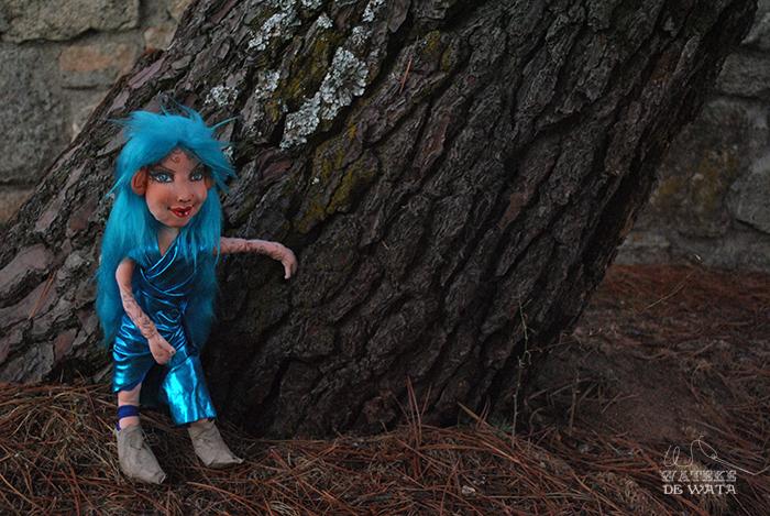 muñeca de hada turquesa en el bosque