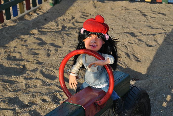 Muñeca de trapo personalizada de de niña con traje vintage y gorro rojo hecha a mano