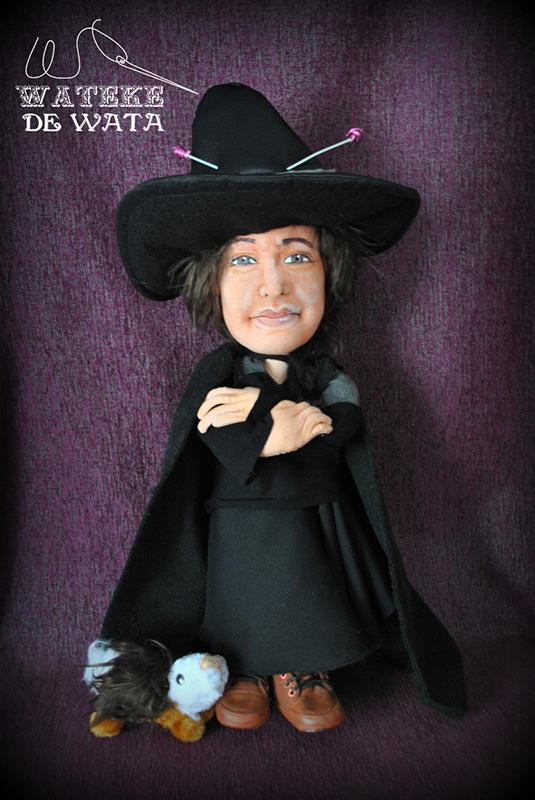 figura de trapo con cara de persona y vestida de bruja