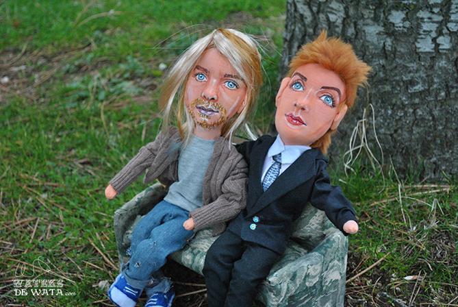 muñecos de rockeros Annie Lennox y Kurt Cobain en sofá también hecho a mano
