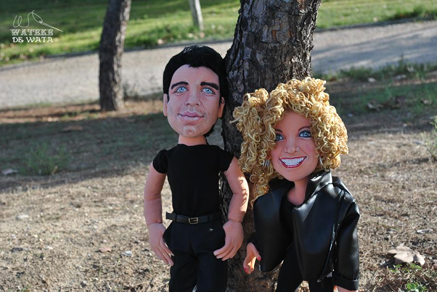 Muñecos de trapo articulados de Olivia Newton John como Sandy Olsen y John travolta como Danny Zuco en la película Grease