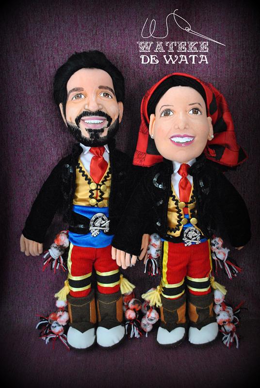 figuras de trapo de personas reales vestidas con trajes folclóricos de España