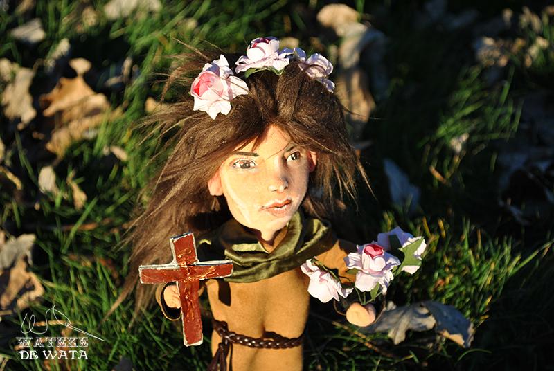 muñeca personalizada Santa Rosa de Viterbo. Muñecas de santas y figuras religiosas personalizadas hechas a mano de trapo