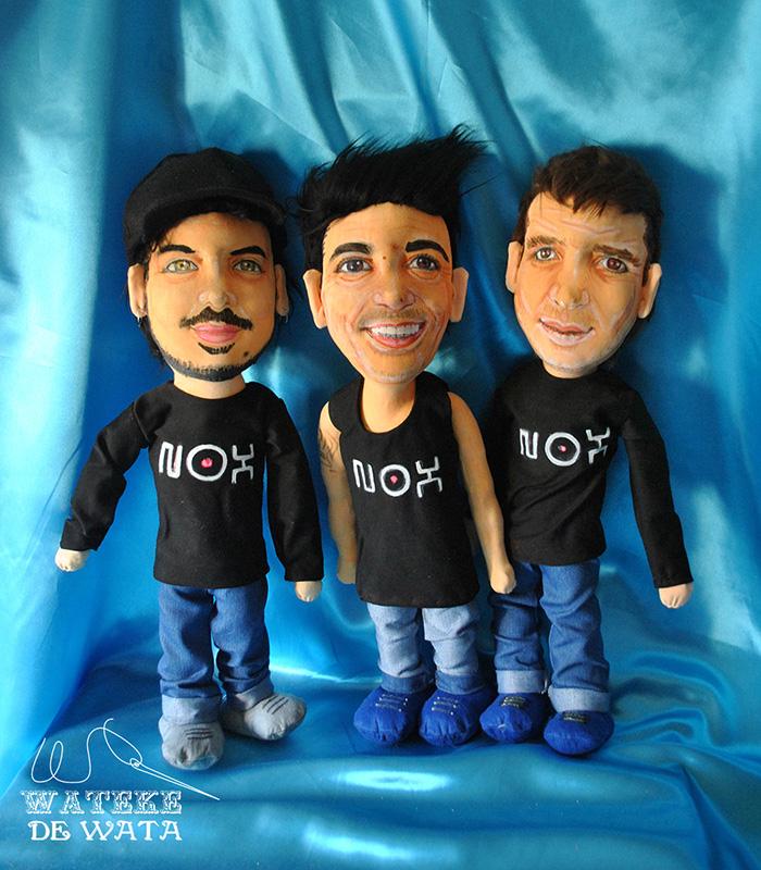 muñecos personalizados de tres dj para regalar con su cara y vestidos