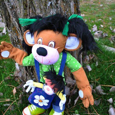 muñecas de trapo Pelitos y Peloncho hechas a mano de trapo, peluches mascotas colegio