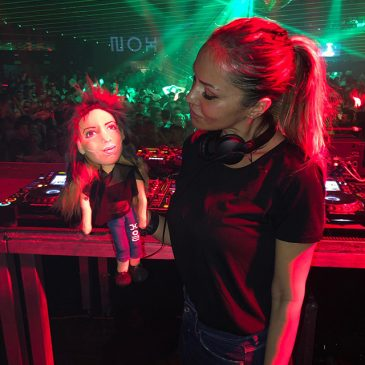 muñeca personalizada hecha a mano de la DJ Deborah De Luca, escultura de tela